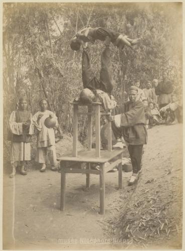 Acrobates et jongleurs chinois; Auteur : PETHELLAZ; vers 1891; Copyright : musée Nicéphore Niépce, Ville de Chalon-sur-Saône
